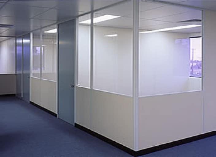 Lắp đặt vách ngăn kính mờ cho văn phòng tại quận Bình Thạnh